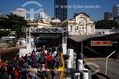 Pessoas Desembarcando na estação Praça XV das barcas durante a crise do Coronavírus  - Rio de Janeiro - Rio de Janeiro (RJ) - Brasil