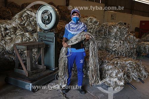 Homem trabalhando com Juta  - Manacapuru - Amazonas (AM) - Brasil