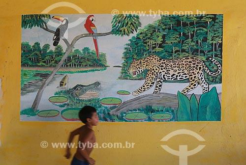 Criança correndo em restaurante - ao fundo pintura típica da região amazônica  - Manacapuru - Amazonas (AM) - Brasil