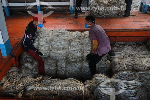 Homens trabalhando com Juta  - Manacapuru - Amazonas (AM) - Brasil