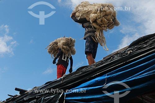 Homens transportando Juta  - Manacapuru - Amazonas (AM) - Brasil