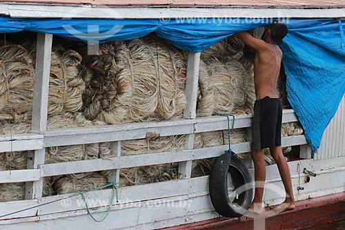 Homem transportando Juta  - Manacapuru - Amazonas (AM) - Brasil