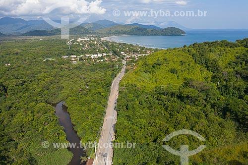 Vista de drone do Rio Sahy e da Área de Proteção Ambiental APA Baleia Sahy - Praia da Baleia no fundo  - São Sebastião - São Paulo (SP) - Brasil