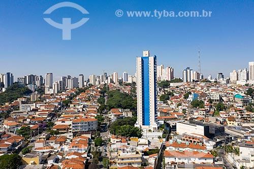 Foto feita com drone de prédio residencial cercado por casas residenciais  - São Paulo - São Paulo (SP) - Brasil