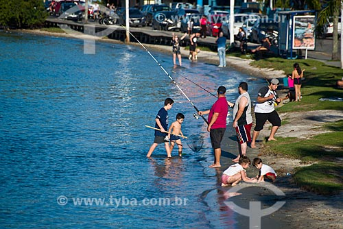 Pessoas na orla da Lagoa da Conceição  - Florianópolis - Santa Catarina (SC) - Brasil