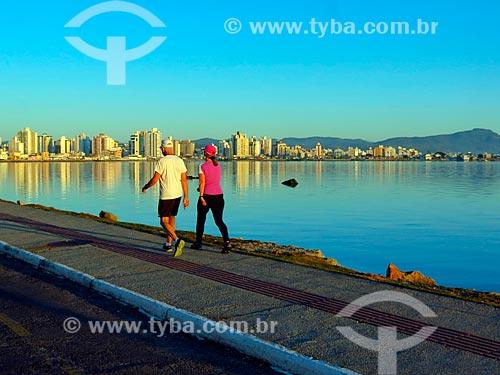 Pessoas caminhando na Beira Mar Norte ao amanhecer  - Florianópolis - Santa Catarina (SC) - Brasil