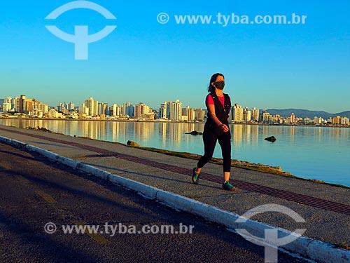 Mulher caminhando na Beira Mar Norte ao amanhecer  - Florianópolis - Santa Catarina (SC) - Brasil