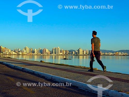 Homem caminhando na Beira Mar Norte ao amanhecer  - Florianópolis - Santa Catarina (SC) - Brasil