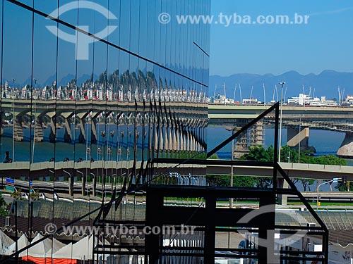Reflexo em fachada de prédio das pontes Colombo Salles e Pedro Ivo Campos  - Florianópolis - Santa Catarina (SC) - Brasil