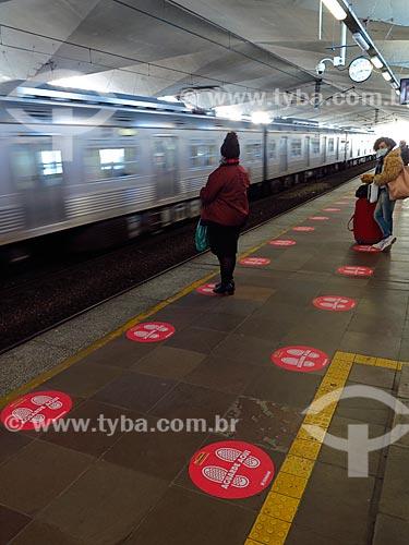 Estação de trem da Trensurb com marcação no chão para distanciamento social - Crise do Coronavírus  - Porto Alegre - Rio Grande do Sul (RS) - Brasil