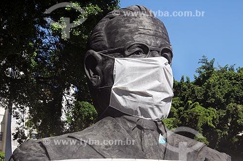 Busto de Getúlio Vargas com máscara de proteção gigante em frente ao Memorial Getúlio Vargas (2004) - Crise do Coronavírus  - Rio de Janeiro - Rio de Janeiro (RJ) - Brasil