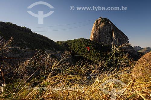 Praticante de slackline com o Pão de Açúcar ao fundo  - Rio de Janeiro - Rio de Janeiro (RJ) - Brasil