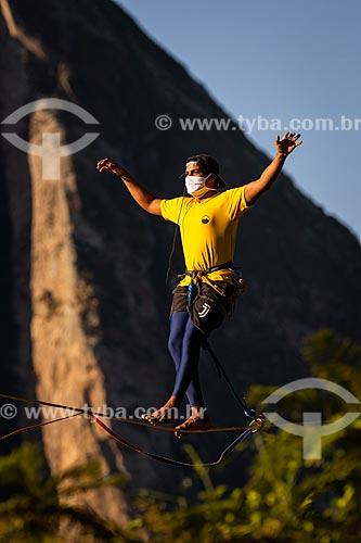 Praticante de slackline utilizando máscara durante a crise do Coronavírus  - Rio de Janeiro - Rio de Janeiro (RJ) - Brasil
