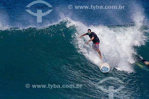 Surfista utilizando máscara de proteção devido a crise do Coronavírus  - Rio de Janeiro - Rio de Janeiro (RJ) - Brasil