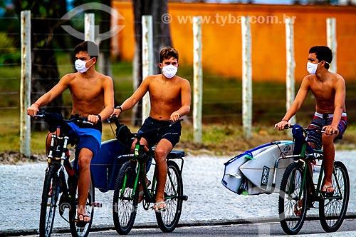 Adolecentes indo a praia de máscara durante a crise do Coronavírus  - Rio de Janeiro - Rio de Janeiro (RJ) - Brasil