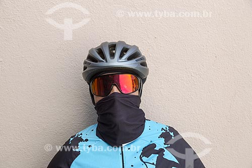 Ciclista utilizando máscara de proteção contra o Covid 19 - Crise do Coronavírus  - Guarani - Minas Gerais (MG) - Brasil