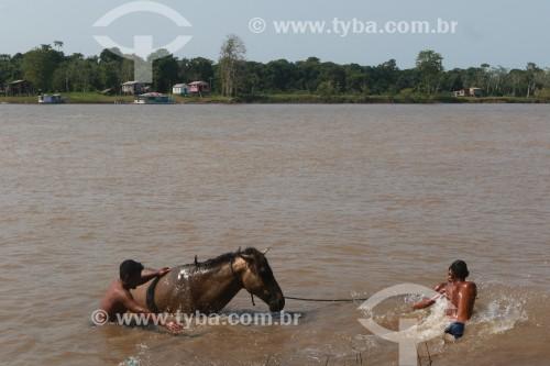 Meninos ribeirinhos brincam no Rio Urariá - Nova Olinda do Norte - Amazonas (AM) - Brasil