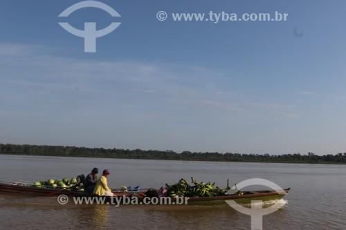 Ribeirinhos em canoa no Rio Madeira - Nova Olinda do Norte - Amazonas (AM) - Brasil
