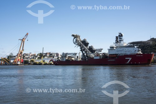 Navio lançador de fibra ótica e cabos sumbarinos em alto mar atracado no porto de Vitória - Vitória - Espírito Santo (ES) - Brasil
