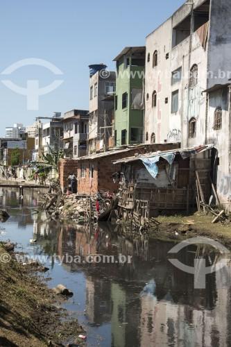 Barracos construídos invadindo córrego poluído por lancamento de esgoto doméstico - Vila Velha - Espírito Santo (ES) - Brasil