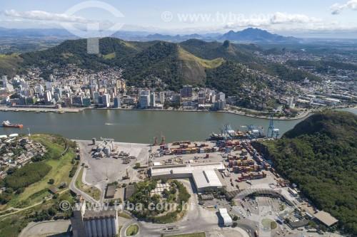 Foto feita com drone do Porto de Vila Velha e da baía que separa os municípios - centro da cidade de Vitória no fundo - Vila Velha - Espírito Santo (ES) - Brasil