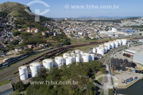 Foto feita com drone de tanques de óleo e ferrovia da Companhia Vale na região portuária de Vila Velha - Vila Velha - Espírito Santo (ES) - Brasil