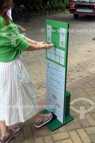 Visitante utilizando álcool gel na entrada do Jardim Botânico do Rio de Janeiro - Crise do Coronavírus - Rio de Janeiro - Rio de Janeiro (RJ) - Brasil