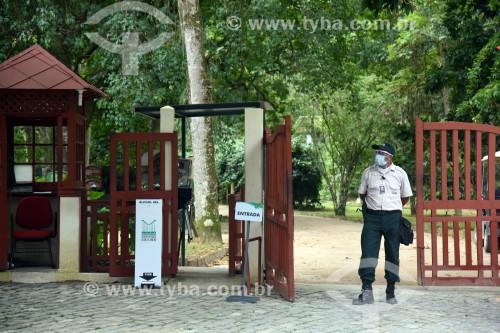 Segurança com equipamento de proteção na entrada do Jardim Botânico do Rio de Janeiro - Crise do Coronavírus - Rio de Janeiro - Rio de Janeiro (RJ) - Brasil