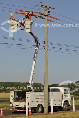 Homens trabalhando na manutenção da rede elétrica - Mirassol - São Paulo (SP) - Brasil