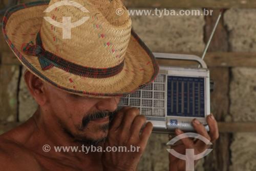 Agricultor ribeirnho com rádio antigo - Maués - Amazonas (AM) - Brasil