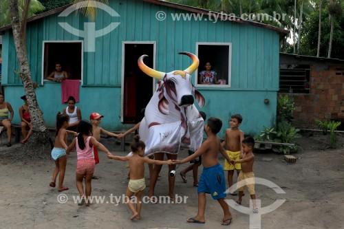 Crianças brincam de Boi Malhado - Folclore da Ilha de Vera Cruz - Maués - Amazonas (AM) - Brasil