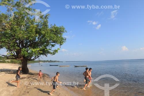 Criancas brincando em praia do rio Maués-Açu - Maués - Amazonas (AM) - Brasil
