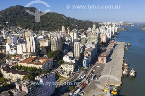 Foto feita com drone do centro da cidade - à esquerda Palácio Anchieta e escardaria Bárbara Lindenberg e caís do porto desativado - Vitória - Espírito Santo (ES) - Brasil