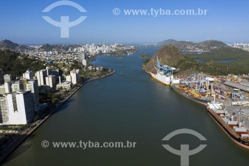Foto feita com drone da Baía de Vitória que separa os municípios - centro de Vitória à esquerda e Pedra do Penedo com porto de Vila Velha à direita - Vitória - Espírito Santo (ES) - Brasil