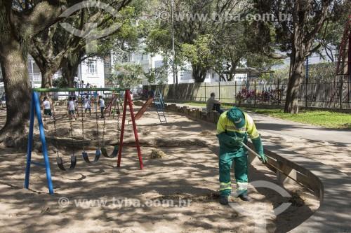 Serviço de limpeza pública em parquinho do Parque Moscoso - Centro histórico da cidade - Vitória - Espírito Santo (ES) - Brasil