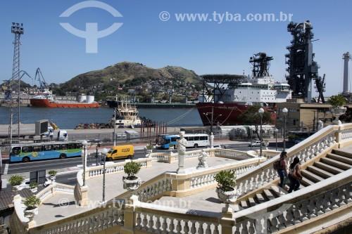 Escadaria Bárbara Lindenberg no centro histórico da cidade com baía de Vitória e Porto de Vila Velha ao fundo - Vitória - Espírito Santo (ES) - Brasil