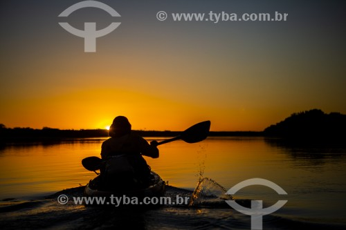 Caiaque no Rio Parnaíba ao por do sol - Divisa do Piauí com o Maranhão - Miguel Alves - Piauí (PI) - Brasil