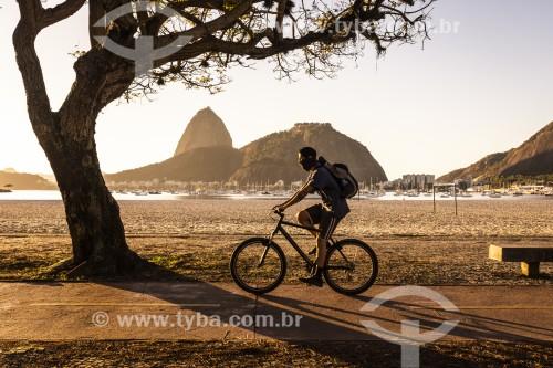 Ciclista na orla da Praia de Botafogo ao amanhecer - Pão de Açúcar ao fundo - Rio de Janeiro - Rio de Janeiro (RJ) - Brasil