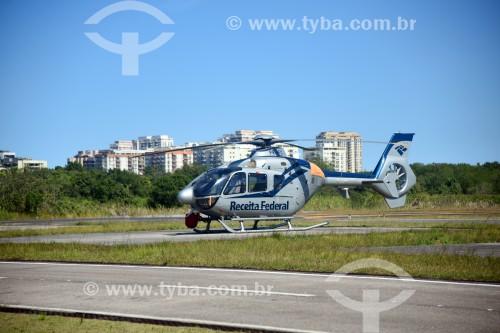 Helicóptero da Receita Federal na pista do Aeroporto Roberto Marinho - mais conhecido como Aeroporto de Jacarepaguá - Rio de Janeiro - Rio de Janeiro (RJ) - Brasil