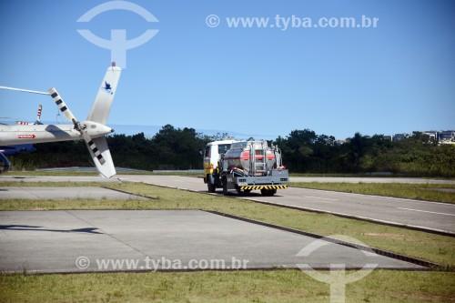 Caminhão de abastecimento na pista do Aeroporto Roberto Marinho - mais conhecido como Aeroporto de Jacarepaguá - Rio de Janeiro - Rio de Janeiro (RJ) - Brasil