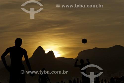 Pessoas na Praia de Ipanema com Morro Dois Irmãos ao fundo - Crise do Coronavírus - Rio de Janeiro - Rio de Janeiro (RJ) - Brasil
