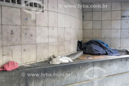 Cobertor de moradores de rua embaixo de marquise de prédio - Vitória - Espírito Santo (ES) - Brasil