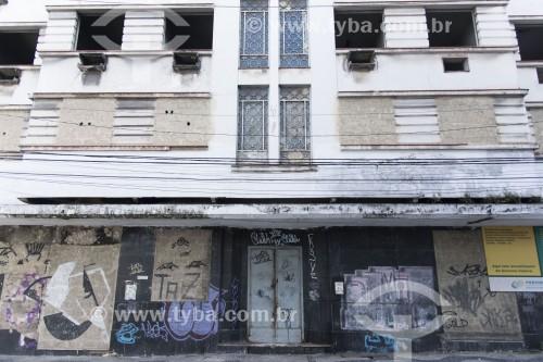 Prédio abandonado e lacrado pra impedir invasão por movimentos sociais à procura de moradia - centro histórico da cidade - Vitória - Espírito Santo (ES) - Brasil