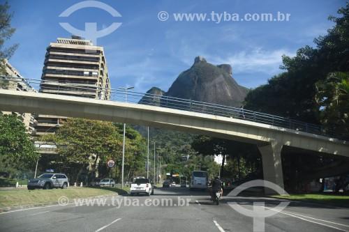 Autoestrada Engenheiro Fernando Mac Dowell - mais conhecida como Autoestrada Lagoa-Barra - Com Pedra da Gávea ao fundo - Rio de Janeiro - Rio de Janeiro (RJ) - Brasil