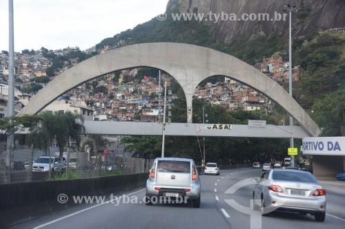 Passarela Niemeyer, sobre a Auto-estrada Lagoa-Barra - Favela da Rocinha - Rio de Janeiro - Rio de Janeiro (RJ) - Brasil