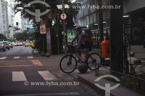 Ciclista em rua do Leblon - Rio de Janeiro - Rio de Janeiro (RJ) - Brasil