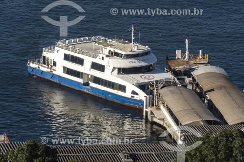 Vista de cima da Estação Hidroviária da Praça XV com barca que faz a travessia entre Rio de Janeiro e Niterói - Rio de Janeiro - Rio de Janeiro (RJ) - Brasil