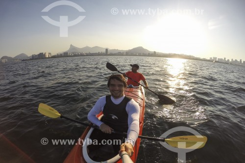 Auto retrato de amigos em caiaque na Baía de Guanabara - Rio de Janeiro - Rio de Janeiro (RJ) - Brasil