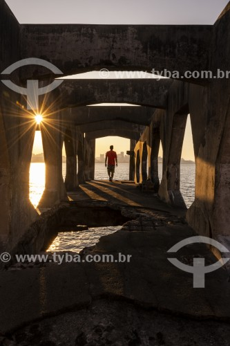 Homem na passarela do Forte Tamandaré da Laje (1555) - Rio de Janeiro - Rio de Janeiro (RJ) - Brasil