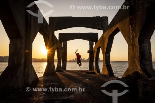 Homem saltando na Baía de Guanabara a partir da passarela do Forte Tamandaré da Laje (1555) - Rio de Janeiro - Rio de Janeiro (RJ) - Brasil